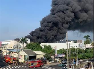 台南瑜珈墊廠大火濃煙竄天際 400坪廠房全面燃燒建物塌陷