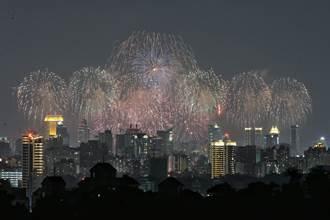影》國慶焰火秀絢爛奪目 施放2萬發照亮港都夜空