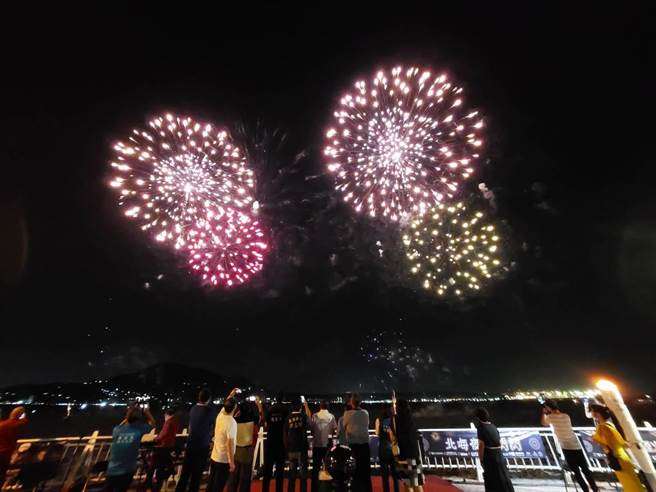 新北市淡水漁人碼頭煙火秀昨(9日)晚絢爛登場,一連4周的周末假日共計8天施放。(漁業處提供)