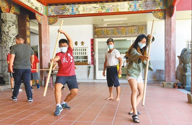 屏東大學學生走入社區蹲點,並體驗當地傳統技藝,為社區帶來產業永續。(屏大提供/林和生屏東傳真)
