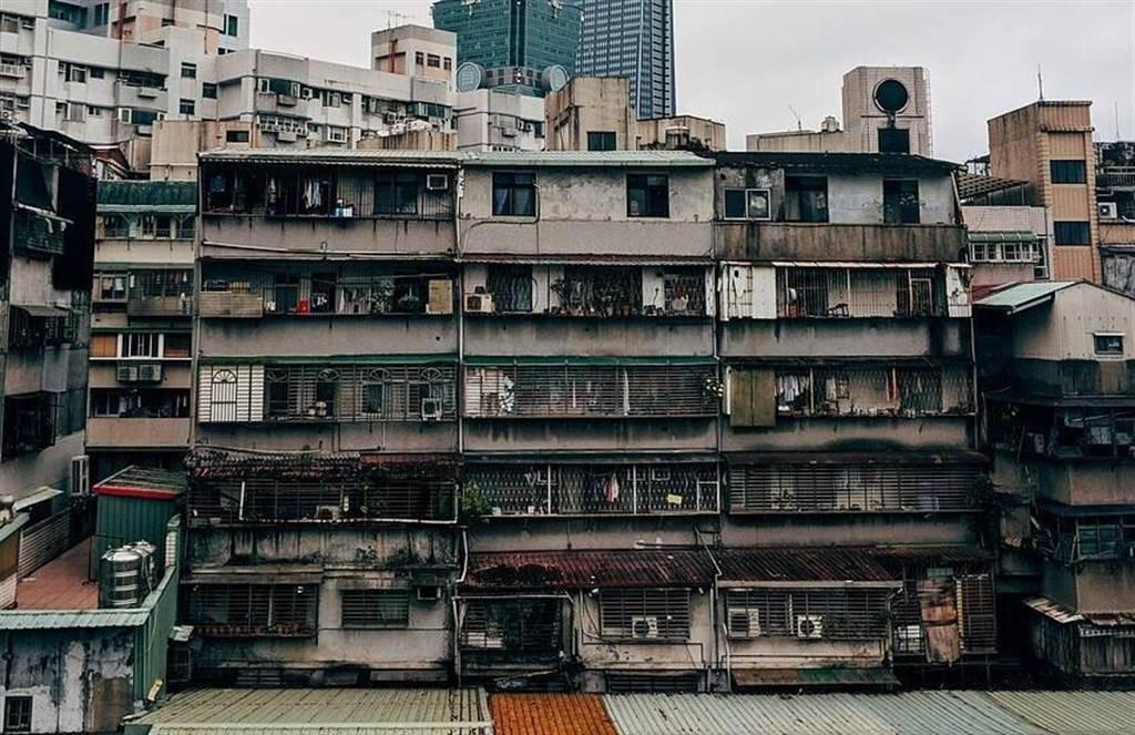 頂樓加蓋常見在舊市區的中古屋公寓,購買前最好留意是否為違章建築。(圖片來源pixabay)