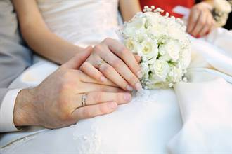 男友喪母她心疼 竟秒嫁準公公:送你新媽媽