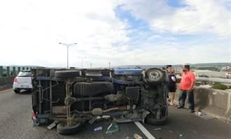 台74線霧峰段與自小客碰撞 小貨車側翻釀3傷