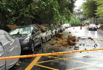 恐怖!颱風釀內湖土石崩落 4車遭砸「1車巨石壓頂」