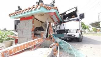 公車撞西營大將軍 車毀廟損人安好 信眾驚呼:神明有保佑