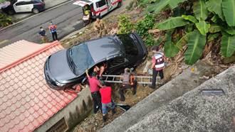 恐怖!天降轎車砸台南民宅屋頂 4人受困1送醫
