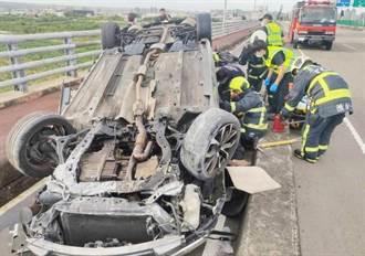 天外飛來橫禍!轎車失控噴飛機車道 騎士衰遭波及釀1傷1命危