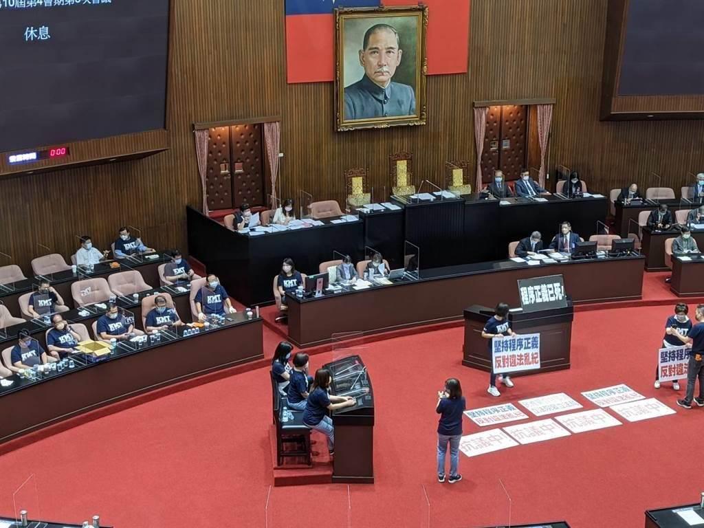 立法院本會期在審查明年中央政府總預算。圖為國民黨不滿3+11專案報告內容,杯葛行政院長蘇貞昌報告與備詢。(資料照)