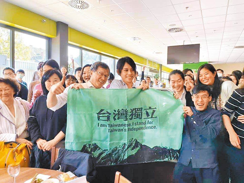 駐德國代表謝志偉在臉書公布一張與學生的合照,舉起印有「台灣獨立」字樣的布條。(摘自謝志偉臉書粉專)