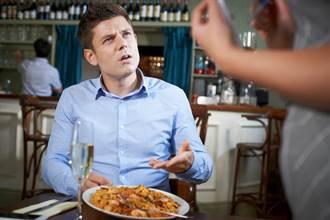 他轟餐廳:不帶位、舉手10分鐘沒人點餐 店名曝光網傻了