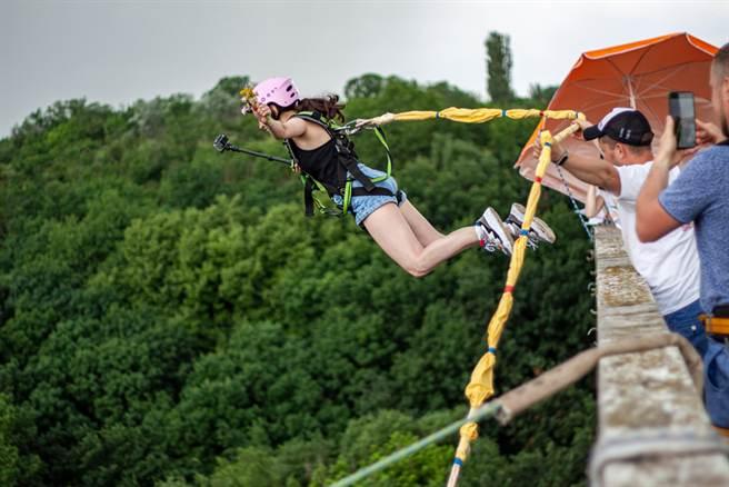 3寶媽在玩高空彈跳時,因安全繩索未固定好而不幸喪命。(示意圖/達志影像)