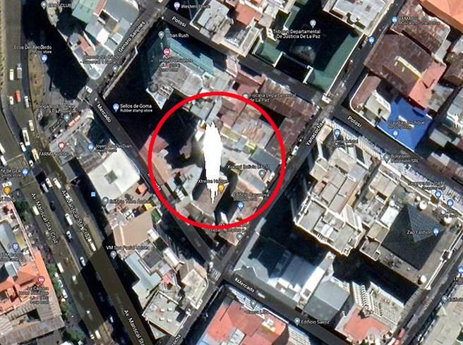 有眼尖網友發現衛星地圖上出現一個不規則形狀的詭異色塊,相較於周圍的建築物,顯得十分突兀。(圖/翻攝自Reddit)