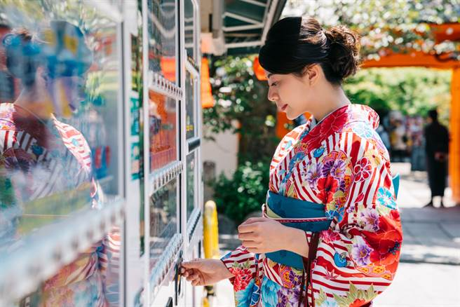 內行人點出日本販賣機文化的關鍵在於「高人力成本」和五花八門的「商品種類」。(示意圖/達志影像)
