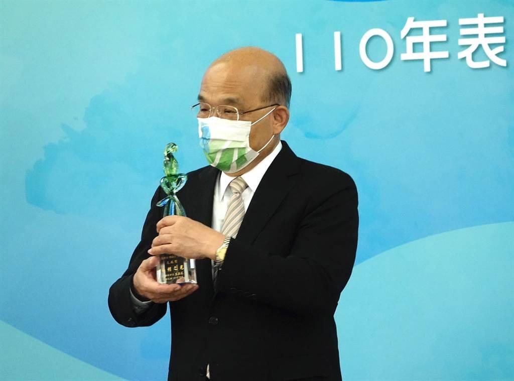 行政院長蘇貞昌13日出席公開活動前受訪表示,作為行政院長,一定要憤然抵抗糾正謊言、撥亂反正,「做我該做的事」。(陳信翰攝)