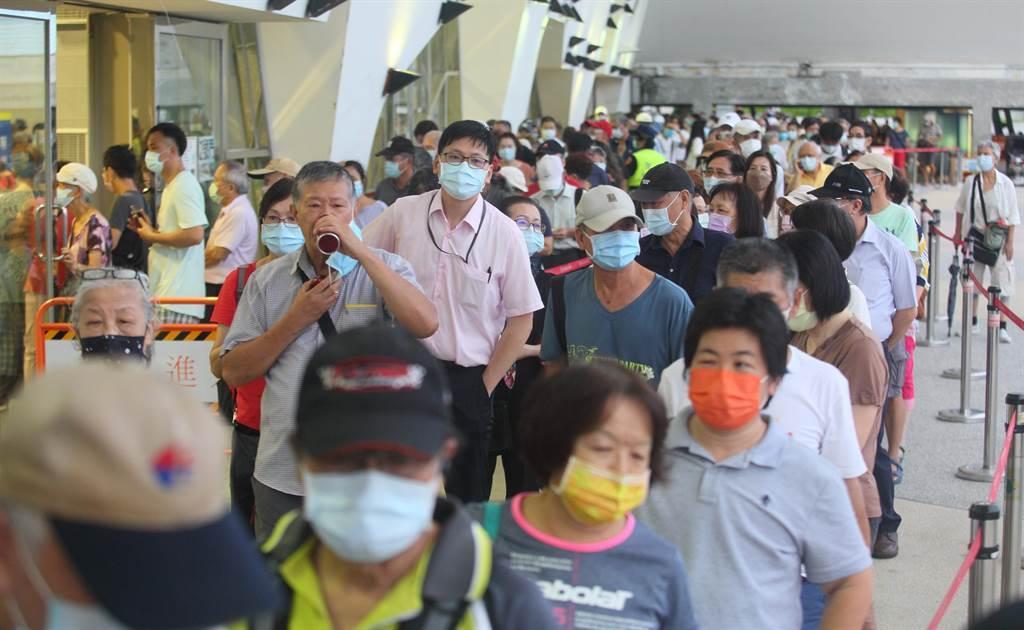 台北市13日起開放花博接種站為長者施莫德納以及AZ兩種疫苗。(張鎧乙攝)