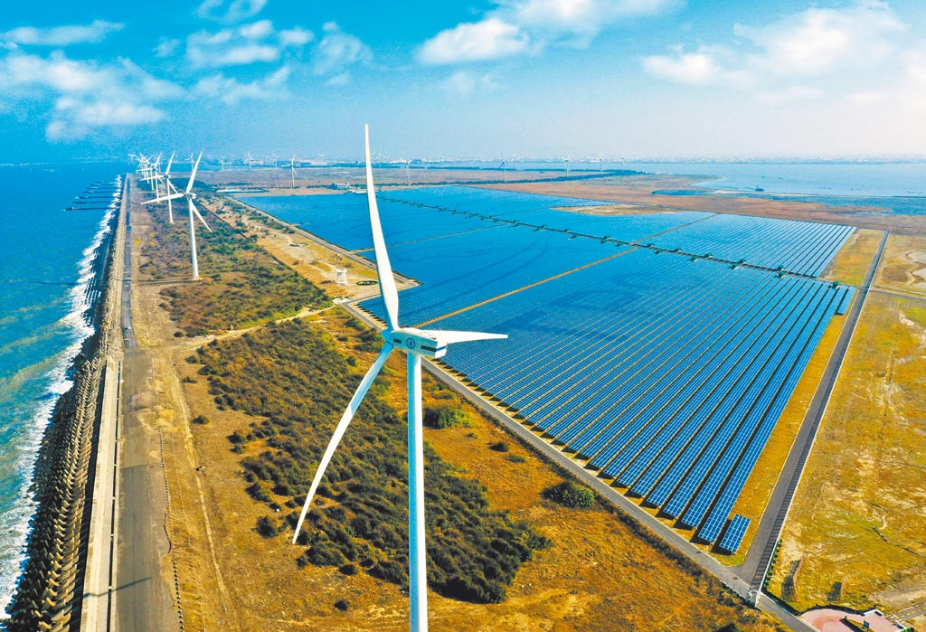 保守估計,即使目前延宕的再生能源建設全依計畫達標,屆時夜間用電缺口仍將高達5、600萬瓩,相當3座核三電廠裝置容量。圖為「彰濱雙綠能」太陽光電場暨風力發電場。(台電提供)