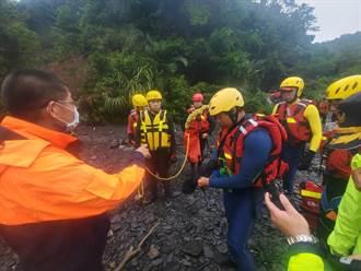 10餘名遊客宜蘭石門溪露營遇洪水 受困沙洲救難人員救援中