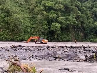 雨下不停 宜蘭石門溪13名遊客受困 吉普車渡溪救援翻覆