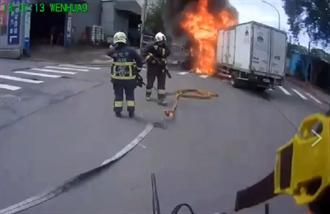 3千萬運鈔車遭撞「起火瞬間」影片曝 員警緊急「救鈔」成功