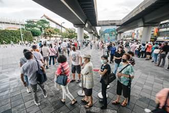 用鏡頭看台灣》疫苗接種率拚月底七成 長者塞爆花博批市長無能