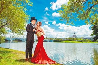 李宓湖中拍婚紗 起身裙襬全蝌蚪