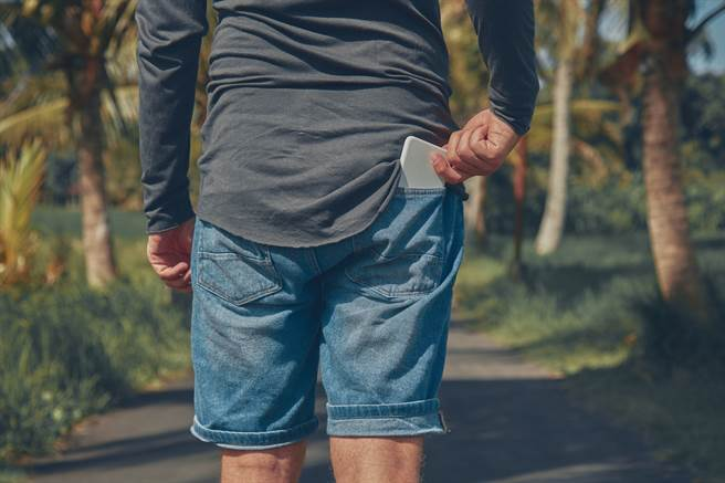 巴西一名男子日前遭到槍擊,所幸他放在褲子後面口袋的手機幫他擋住了子彈。(示意圖/達志影像)