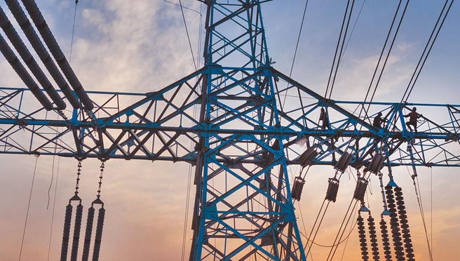 大陸工商用電調漲在即,台商大多表示,只要供電穩定,漲電價不是壞事,企業自己發電成本更高,也不穩定,還會造成環保問題。圖為電力公司員工在高空施工。(新華社)