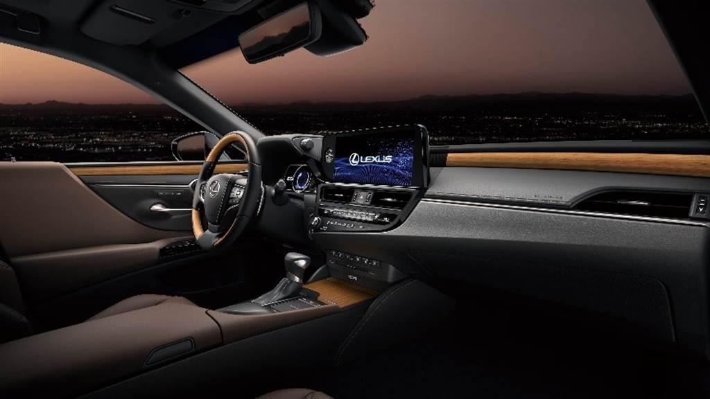 秉持著Omotenashi的精神,在內裝設計上導入對車主更加貼心,且更具質感的細節設計,內裝質感全面提升。(圖/和泰汽車提供)