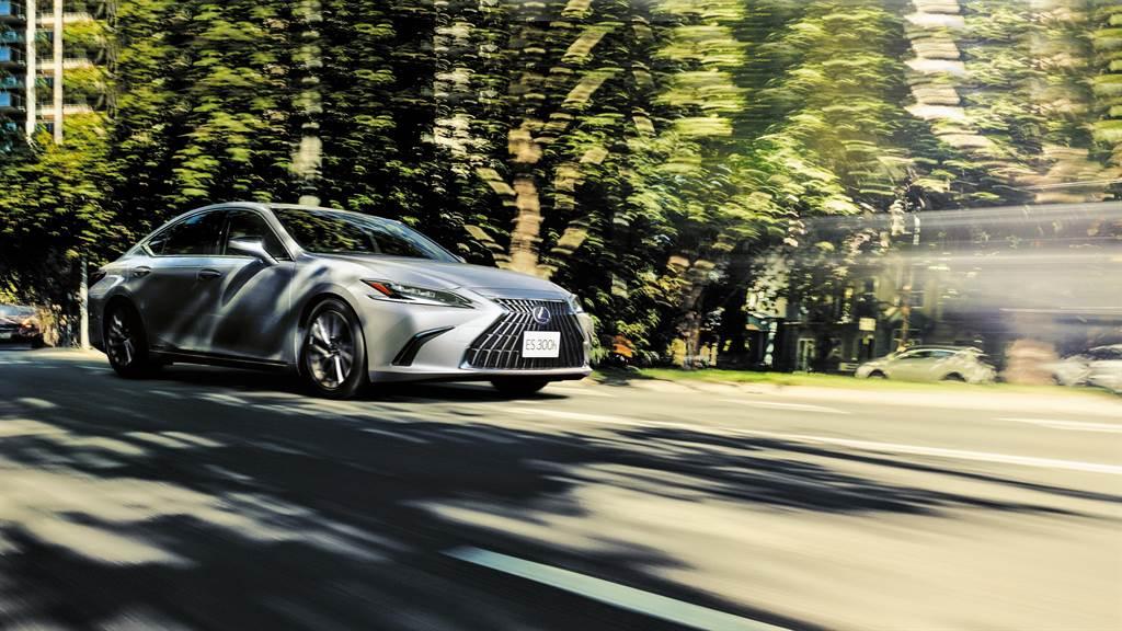ES維持2.0NA、2.5NA兩種汽油動力及2.5 Hybrid科技的電動化動力,其在引擎與電動馬達的配合下,創造出敏捷的加速表現與極致安靜的行駛感受。(圖/和泰汽車提供)