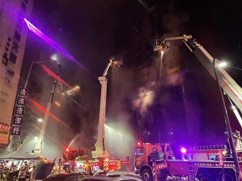 高雄市鹽埕區城中城大樓14日凌晨失火,大樓內部擺放大量雜物,為火勢撲滅再增難度。截至14日下午3時,已46人死亡。(圖/民眾提供)