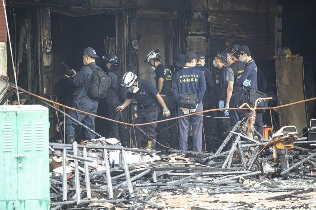 有「高雄第一鬼樓」之稱的鹽埕區「城中城大樓」14日凌晨驚傳大火。圖為警方正在調查起火點。(袁庭堯攝)