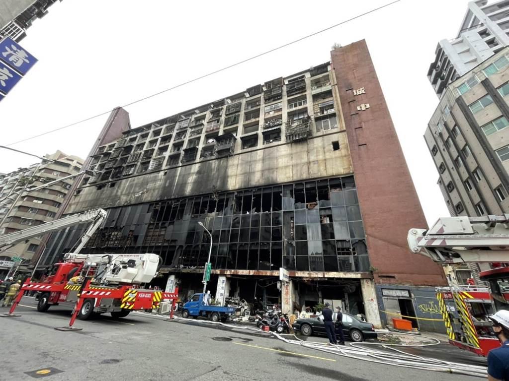 高雄鹽埕區「城中城」大樓14日凌晨發生大火,共造成46人死亡、41人輕重傷。(洪浩軒攝)