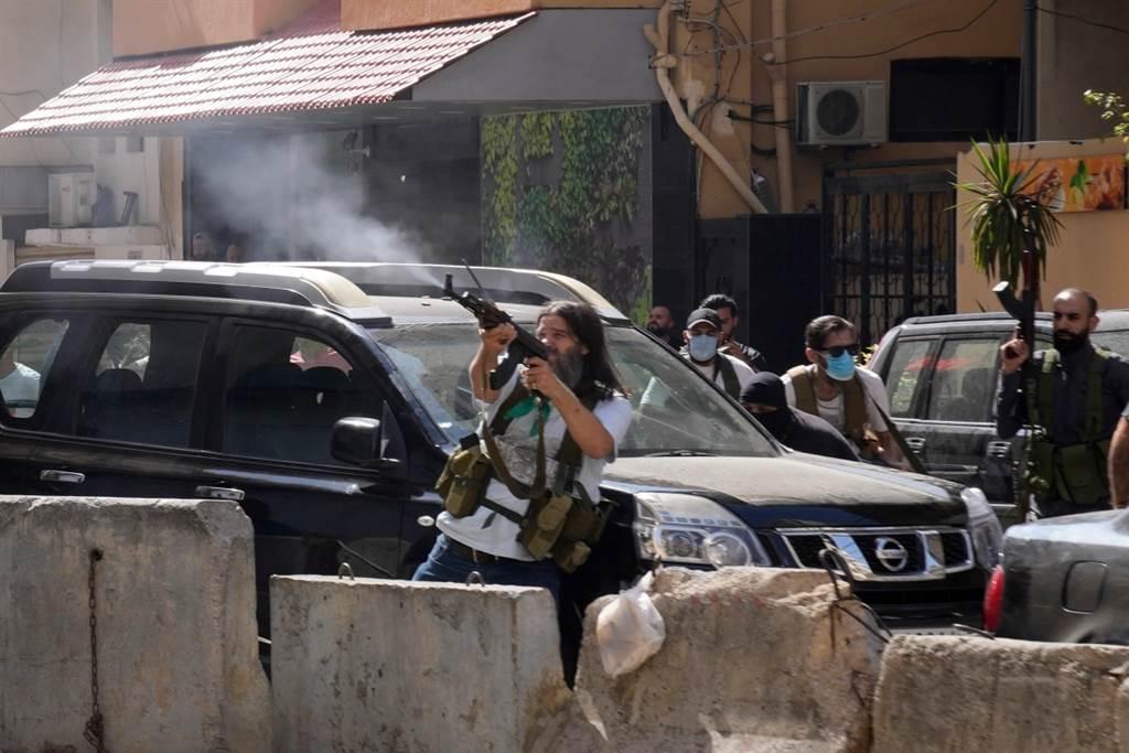 貝魯特出現真主黨的抗爭,結果引發槍戰。(圖/美聯社)