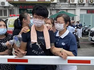 女火場跪地哭吼「我找不到爸媽」 急奔殯儀館採DNA認屍