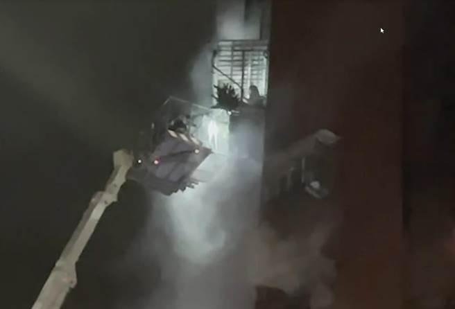 雲梯車不斷升至中間樓層拉出待逃生的居民,凌晨四點多救出2家4口人,年紀最小僅8歲,最大80多歲。(民眾提供/袁庭堯高雄傳真)