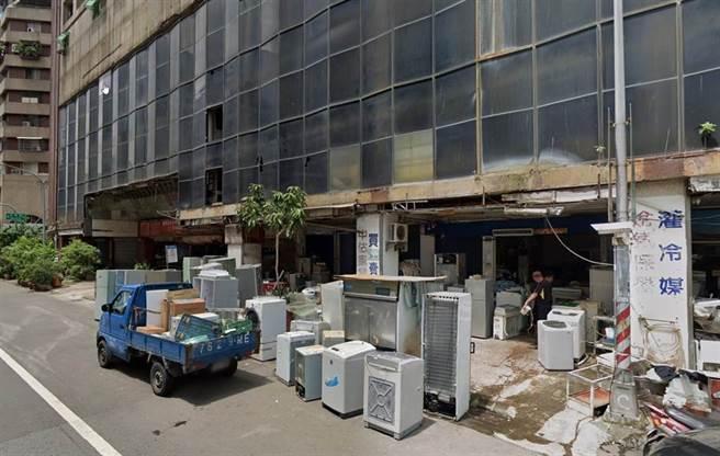 「城中城大樓」14日凌晨3點驚傳大火,建物一樓全面陷入火海,一樓原為二手家電公司。(取自GoogleMap/袁庭堯高雄傳真)