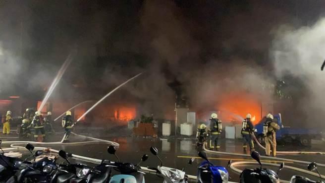 消防局獲報緊急調派31個分隊、72車前往灌救。(民眾提供/袁庭堯高雄傳真)