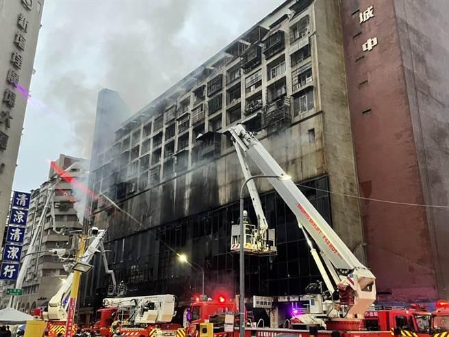 位於高雄市鹽埕區的城中城大樓14日凌晨3時許發生火災,雖火勢已獲控制,但受困人數仍未知。透過圖片可見,原本繁華的大樓歷經大火,外牆被燻得漆黑一片。(民眾提供)