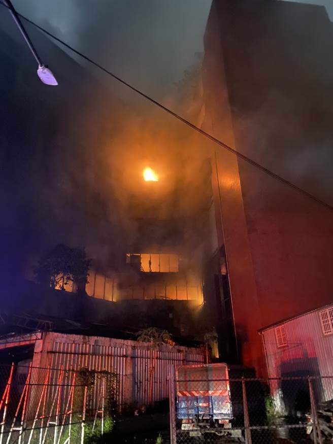 高雄市鹽埕區城中城大樓14日凌晨失火,火勢吞噬12層大樓。(民眾提供)