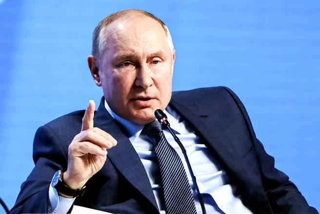俄羅斯總統普丁(Vladimir Putin)13日表示,中國大陸「不必動武」,靠經濟實力就能統一台灣,認為台海沒有爆發武裝衝突的威脅。(圖/美聯社、克里姆林宮提供)