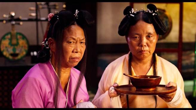 張美娥(左)演技自然,戲份不多卻讓人印象深刻。(圖/電影片段)