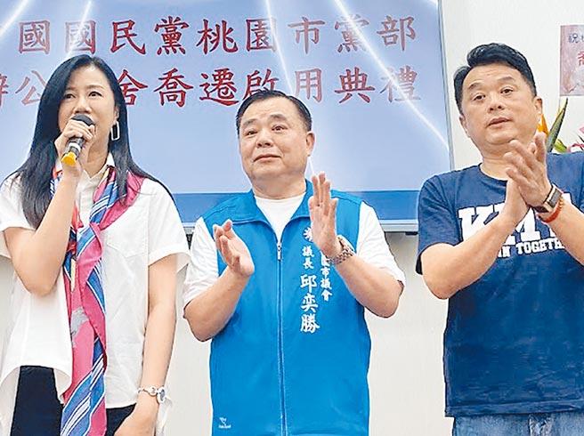 國民黨籍桃園市議長邱奕勝(中)經營地方甚深,立委萬美玲(左)、魯明哲(右)也具有高人氣。(蔡依珍攝)