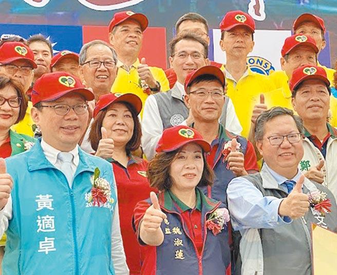 民進黨前立委黃適卓(左一)、鄭寶清(第二排右一)都表態參加黨內初選,立委鄭運鵬(第三排中)仍在鴨子划水。(蔡依珍攝)