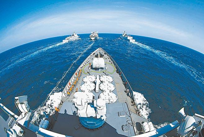 美國擔心中國在台灣附近海域的軍事行動,增加擦槍走火的風險。圖為中國人民解放軍船艦在南海演訓。(摘自中國軍網)