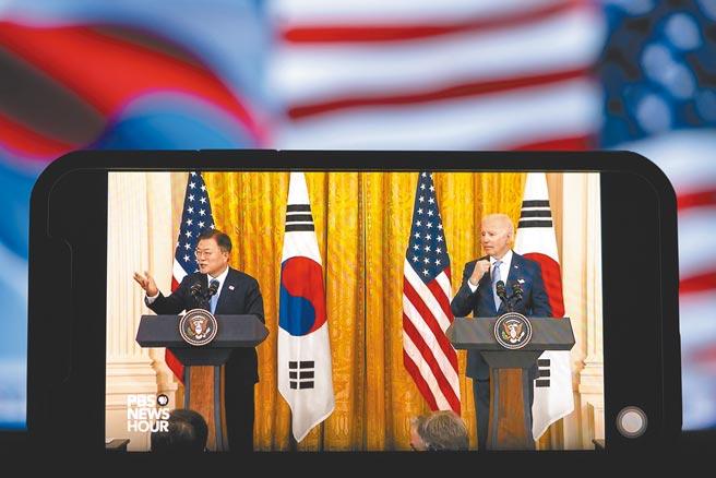 美國國家安全顧問蘇利文12日在華府與韓國青瓦台(總統府)國安室長徐薰會面。蘇利文在會中重申,美國並沒有敵視朝鮮(北韓)的政策,同時再次強調,美方願意隨時隨地、無條件地與平壤舉行會談。圖為5月21日拍攝的美國總統拜登與到訪的韓國總統文在寅在白宮舉行聯合記者會的視頻直播畫面。(新華社)