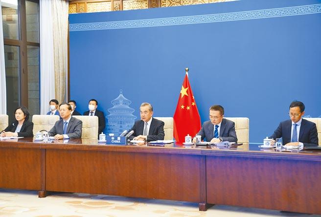 習近平主席特別代表、國務委員兼外長王毅(前排中)出席二十國集團阿富汗問題領導人特別峰會。(新華社)
