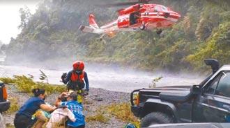 黑鷹出動 救援宜蘭13露營客