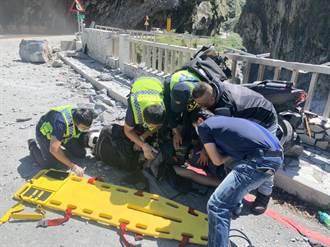 花蓮中橫公路傳意外 騎士遭巨大落石砸中送醫