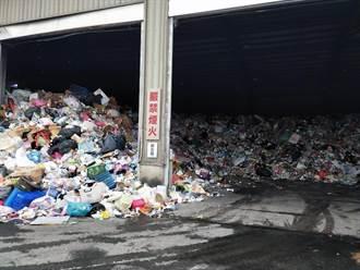 南市資源回收物暴量堆滿回收場挨批 環保局月底前完成清運