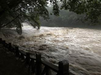 新北雙溪虎豹潭傳6人落水失蹤 8人受困岸邊搶救中